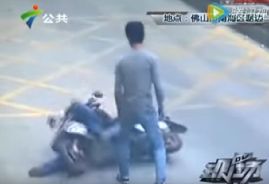 Man Kicks Thief Off Scooter (1)